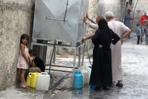 Residents fill water containers in Aleppo, Syria September 15, 2015. REUTERS/Abdalrhman Ismail